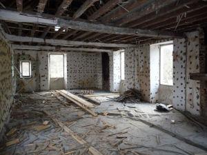 A l'étage tout est démoli, y compris le plancher du grenier