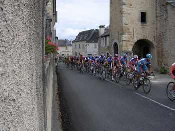 Le passage du peloton devant l'église.