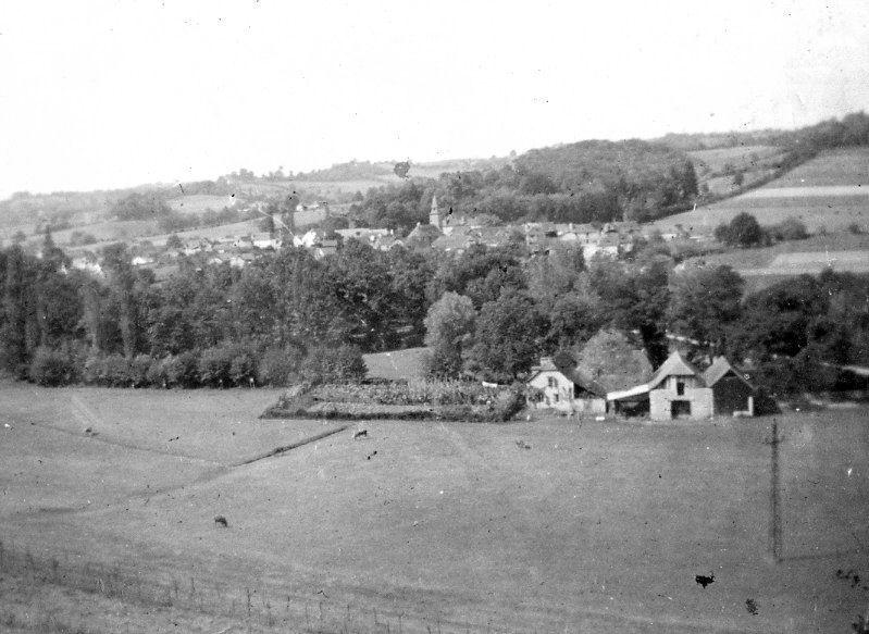 Au premier plan, le vieux moulin