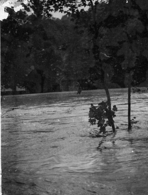 Inondation en 1930 - Ce pré du vieux moulin est actuellement le terrain de sport