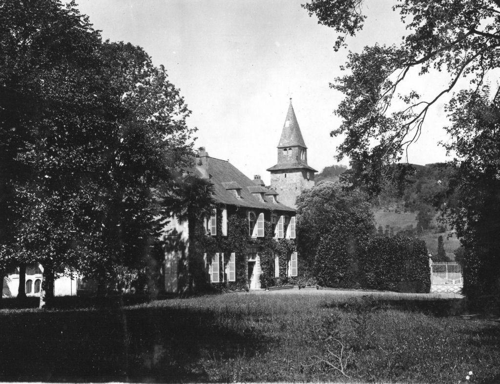 Le château Frachon - Devant la porte, le commandant