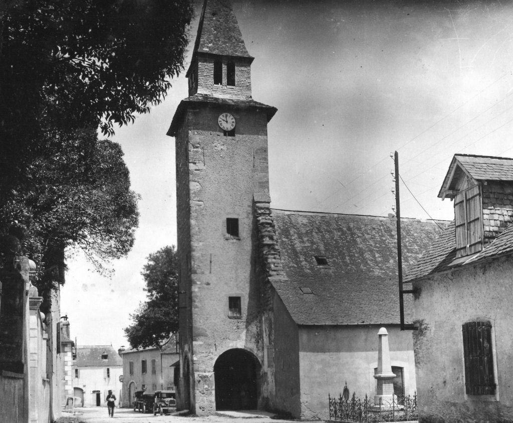 Le clocher, l'église, la «Carrère», le monument