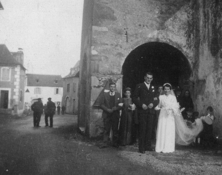 Les nouveaux mariés Léon Porte-Petit et Lucie Lavie à la sortie de l'église