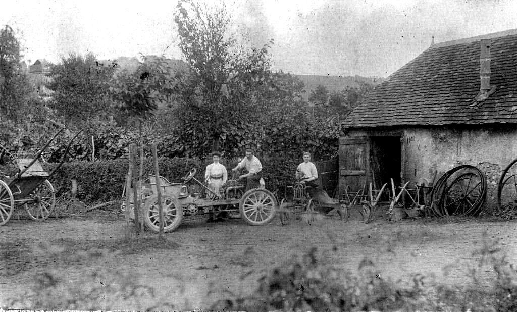 Une des premières autos en réparation chez Jean Tristan Maoulou (Bas-Cardesse)