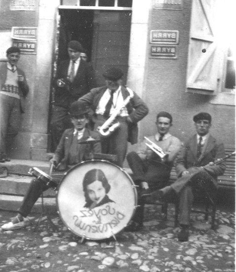 Les musiciens devant chez Porte-Petit pour la fête