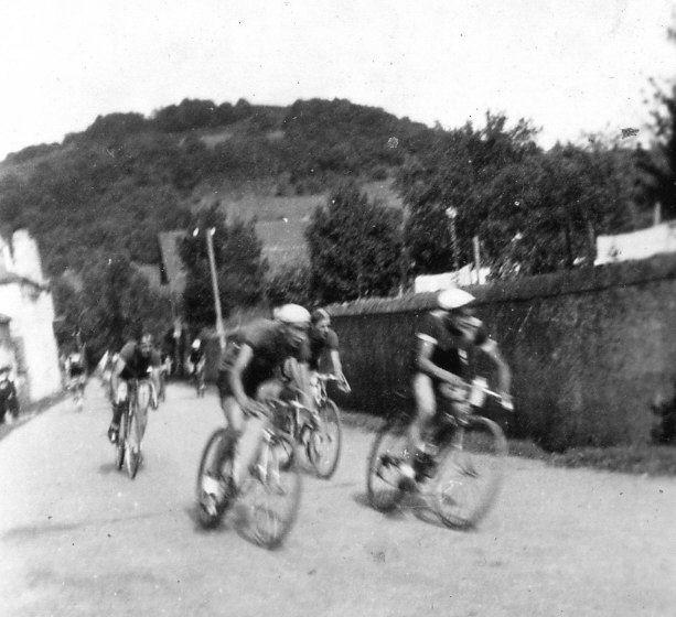 Devant chez Tourné - Course de vélo