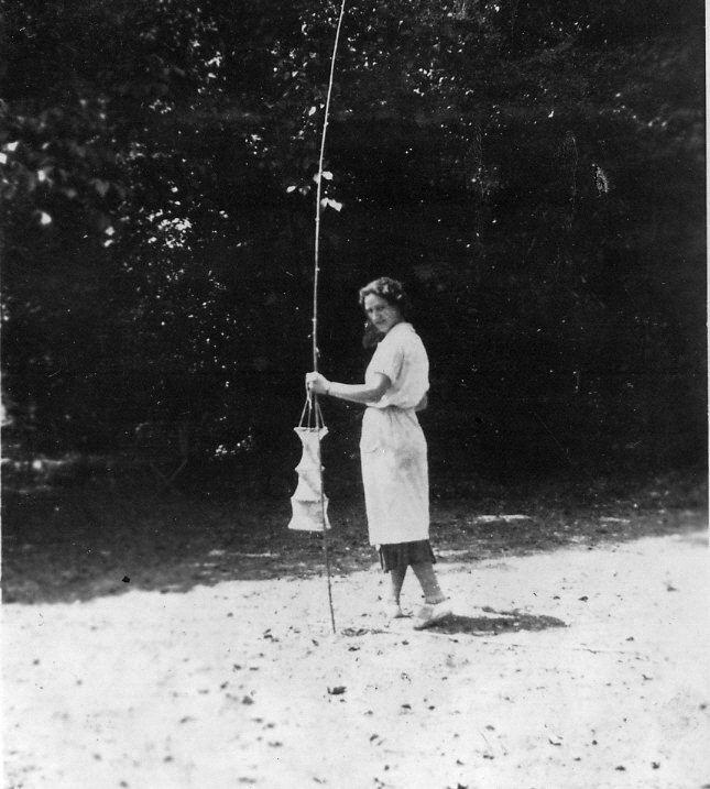 Jeune fille préférant la pêche à la Fête d la République