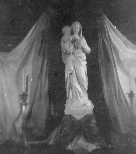 Devant la Mission - La statue est exposée à l'église