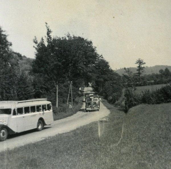 Accueil de l'abbé Monbeig : Les cars venant du Boucau passent devant le château Seeger