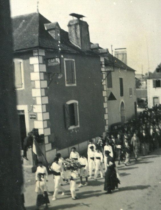 Accueil de l'abbé Monbeig : La clique du Boucau va rentrer à l'Eglise