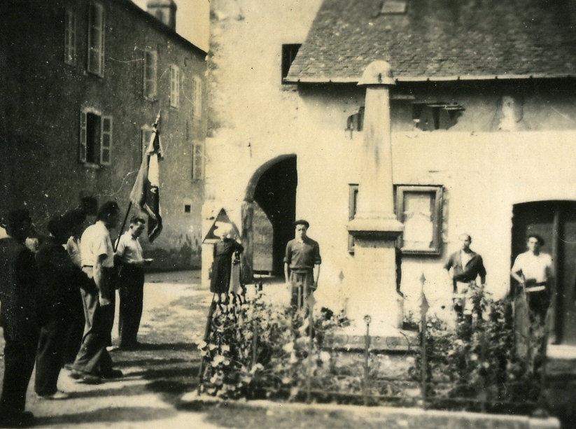 Salut au monument, en 1944, par les FFI