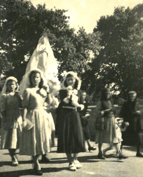 Fête du 15 août - Les jeunes filles portent la statue