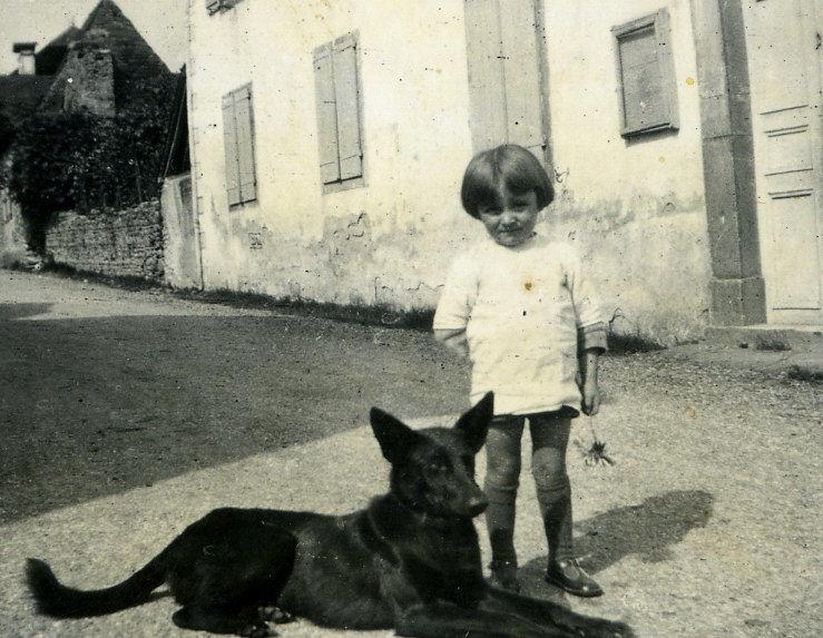 Camille Oustaloup devant l'école